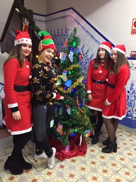 Voluntarios biblioteca contando cuentos navidad